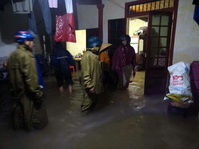 Nhiều địa phương ở Nghệ An ngập sâu, cô lập, người dân thiếu nhu yếu phẩm - Ảnh 2.