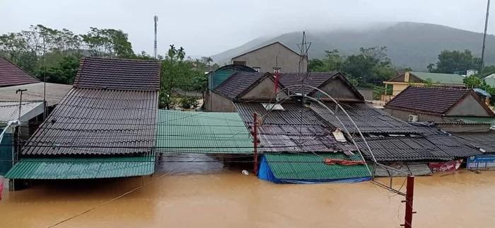 Nhiều địa phương ở Nghệ An ngập sâu, cô lập, người dân thiếu nhu yếu phẩm - Ảnh 1.