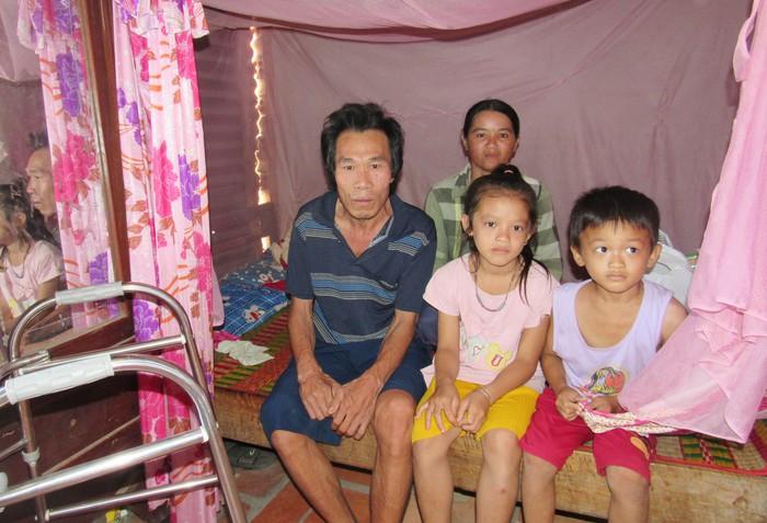 Vợ chồng chị Nguyễn Thị Lùn và 2 con nương náu tạm trong chái bếp