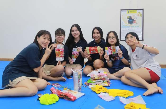 Cô giáo tái chế sản phẩm đặc biệt từ vỏ mì tôm, tạo vòng đời mới cho rác thải nhựa - Ảnh 3.