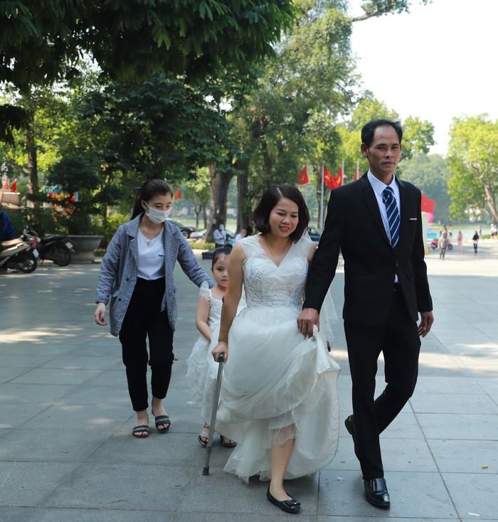 """Cặp vợ chồng khuyết tật vượt nghìn cây số để tham gia buổi chụp ảnh """"Giấc mơ có thật"""" - Ảnh 2."""