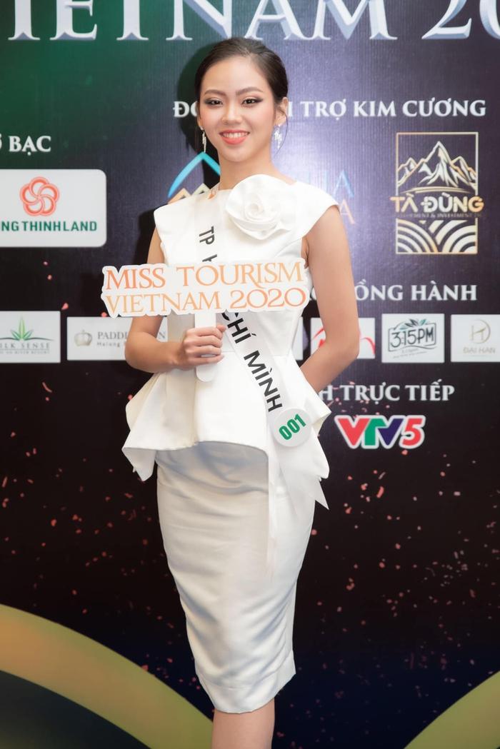 Sai sót kỳ lạ ở dải băng đeo của thí sinh Hoa khôi Du lịch Việt Nam 2020? - Ảnh 1.