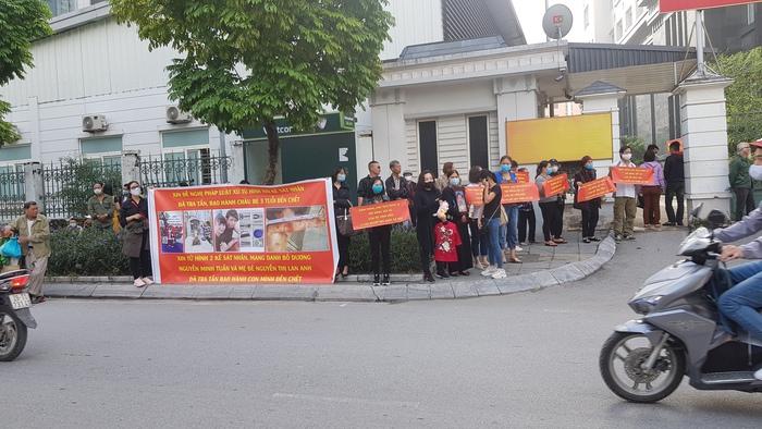 Nhiều người mang theo băng rôn đề nghị xử lý nghiêm 2 bị cáo Minh Tuấn, Lan Anh tập trung bên ngoài trụ sở TAND thành phố Hà Nội.