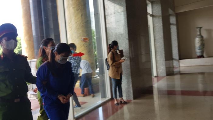 Bị cáo Nguyễn Thị Lan Anh bị dẫn giải tới phòng xét xử.