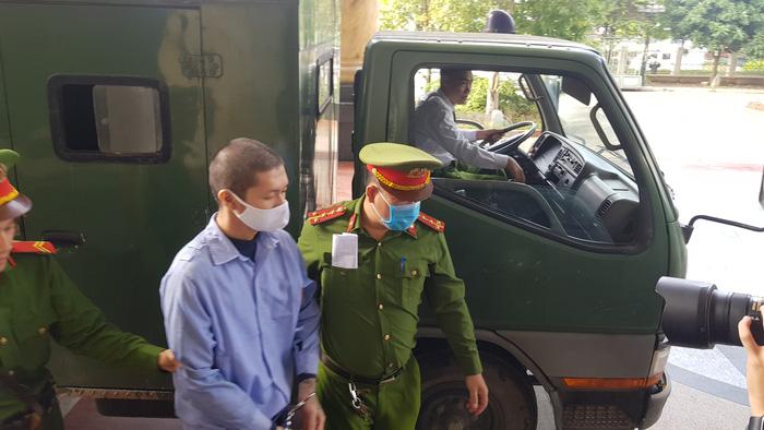 Bị cáo Nguyễn Minh Tuấn được dẫn giải tới phòng xét xử