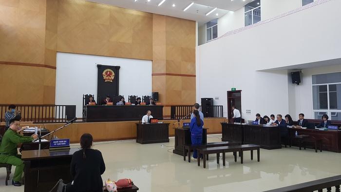 Toàn cảnh phòng xử án 2 bị cáo Lan Anh - Minh Tuấn.