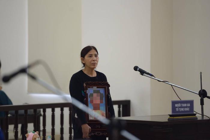 Bà Vũ Thị Dự tại phiên tòa sáng nay, bà Dự xin HĐXX giảm nhẹ hình phạt cho bị cáo Nguyễn Thị Lan Anh.