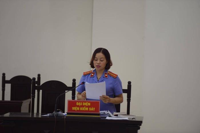 Vị đại diện Viện KSND thành phố Hà Nội đọc cáo trạng truy tố 2 bị cáo Nguyễn Minh Tuấn, Nguyễn Thị Lan Anh.