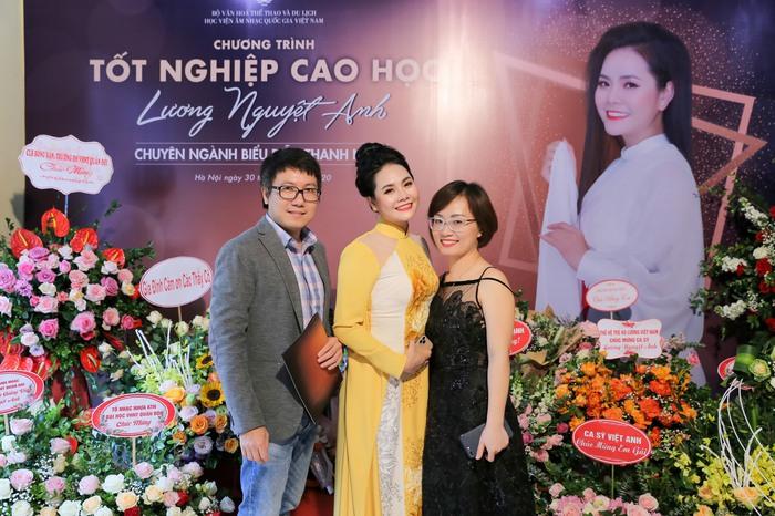 Lương Nguyệt Anh trong lễ tốt nghiệp cao học cùng vợ chồng nghệ sĩ Đào Thu Lê