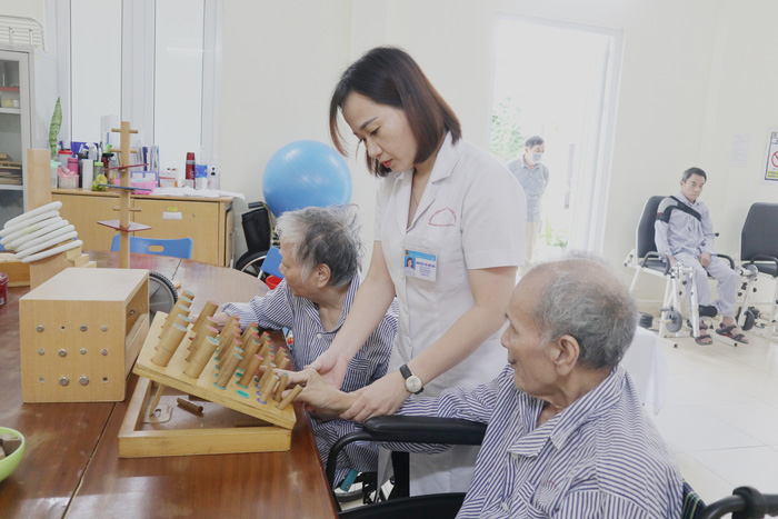 Người già và bệnh làm suy giảm chức năng cơ thể do tai biến - Ảnh 2.