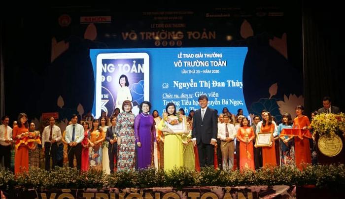 50 nhà giáo tiêu biểu tại TPHCM nhận giải thưởng Võ Trường Toản lần thứ 23 - Ảnh 1.