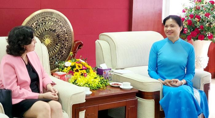 Chủ tịch Hội LHPN Việt Nam trao tặng kỷ niệm chương cho Đại sứ Cuba tại Việt Nam  - Ảnh 1.
