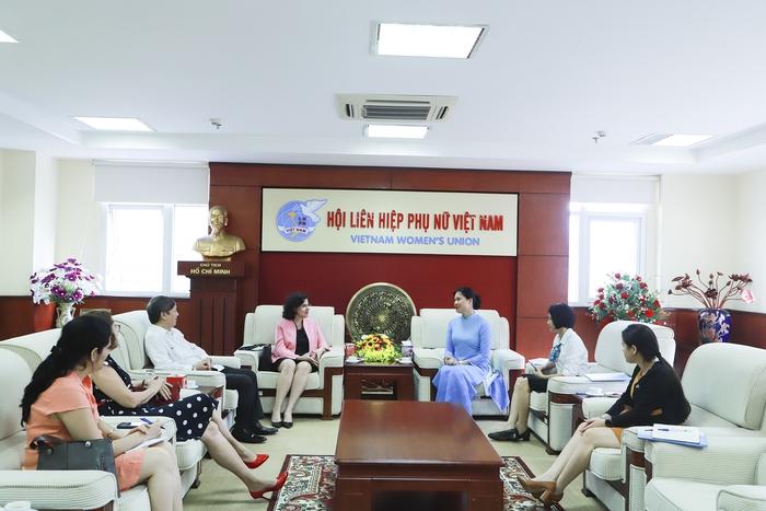 Chủ tịch Hội LHPN Việt Nam trao tặng kỷ niệm chương cho Đại sứ Cuba tại Việt Nam  - Ảnh 2.
