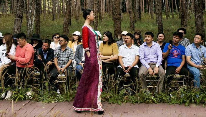 """Fashion show """"Hương rừng sắc núi"""" và sự quảng bá tích cực về nghề dệt vải truyền thống - Ảnh 1."""
