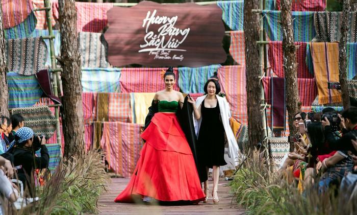 """Fashion show """"Hương rừng sắc núi"""" và sự quảng bá tích cực về nghề dệt vải truyền thống - Ảnh 4."""