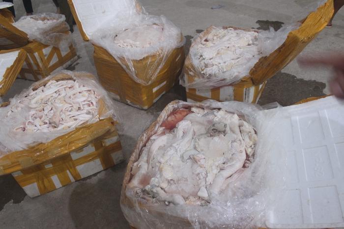480 kg gân bò bốc mùi hôi thối được chuyển vào Nam tiêu thụ - Ảnh 1.