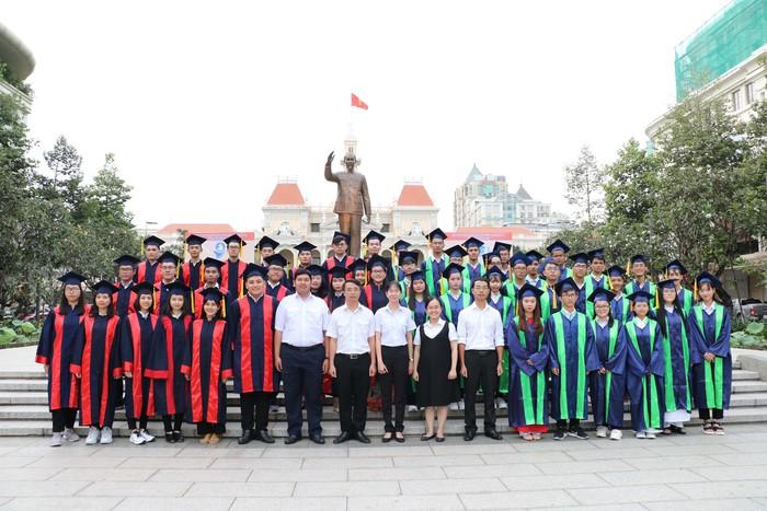 TPHCM: Vinh danh 60 thủ khoa đầu vào và đầu ra Đại học - Ảnh 2.
