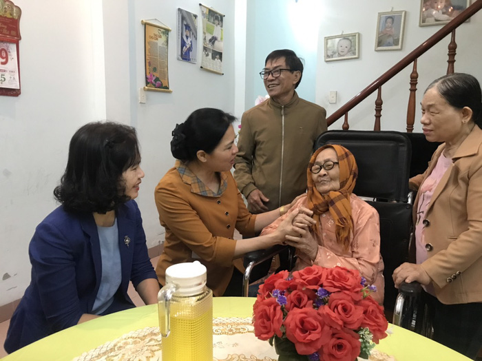 Hội LHPN Việt Nam thăm Mẹ Việt Nam Anh hùng và cán bộ hội viên bị ảnh hưởng vì mưa, bão - Ảnh 1.