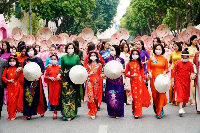 Hơn 500 phụ nữ Thủ đô đồng diễn áo dài trên Phố đi bộ Hồ Gươm - Ảnh 9.