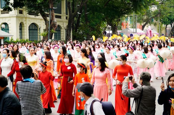 Hơn 500 phụ nữ Thủ đô đồng diễn áo dài trên Phố đi bộ Hồ Gươm - Ảnh 11.