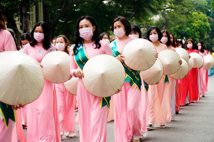 Hơn 500 phụ nữ Thủ đô đồng diễn áo dài trên Phố đi bộ Hồ Gươm - Ảnh 12.