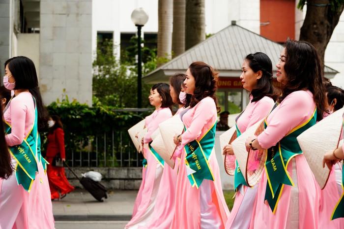 Hơn 500 phụ nữ Thủ đô đồng diễn áo dài trên Phố đi bộ Hồ Gươm - Ảnh 13.