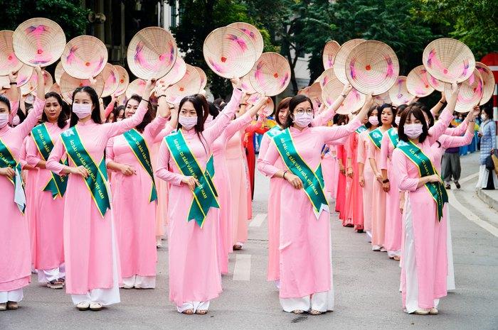 Hơn 500 phụ nữ Thủ đô đồng diễn áo dài trên Phố đi bộ Hồ Gươm - Ảnh 14.