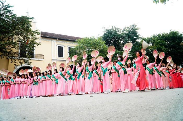 Hơn 500 phụ nữ Thủ đô đồng diễn áo dài trên Phố đi bộ Hồ Gươm - Ảnh 15.