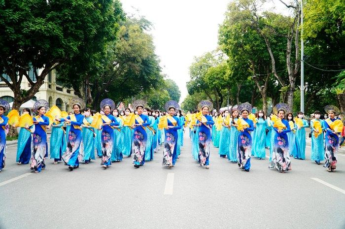 Hơn 500 phụ nữ Thủ đô đồng diễn áo dài trên Phố đi bộ Hồ Gươm - Ảnh 16.
