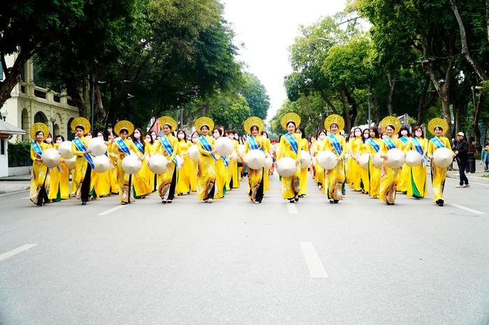 Hơn 500 phụ nữ Thủ đô đồng diễn áo dài trên Phố đi bộ Hồ Gươm - Ảnh 19.