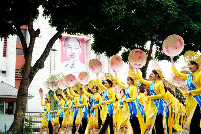 Hơn 500 phụ nữ Thủ đô đồng diễn áo dài trên Phố đi bộ Hồ Gươm - Ảnh 20.