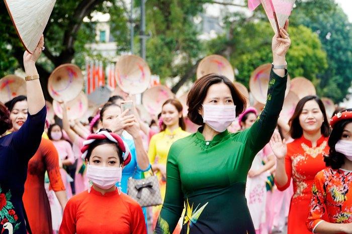 Hơn 500 phụ nữ Thủ đô đồng diễn áo dài trên Phố đi bộ Hồ Gươm - Ảnh 1.