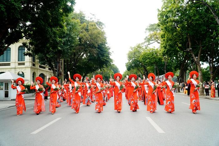 Hơn 500 phụ nữ Thủ đô đồng diễn áo dài trên Phố đi bộ Hồ Gươm - Ảnh 21.