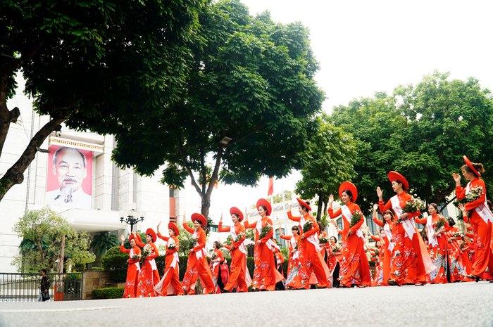Hơn 500 phụ nữ Thủ đô đồng diễn áo dài trên Phố đi bộ Hồ Gươm - Ảnh 22.