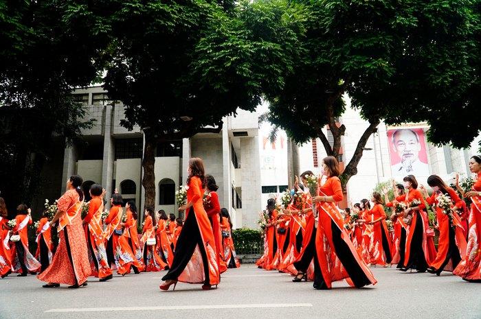 Hơn 500 phụ nữ Thủ đô đồng diễn áo dài trên Phố đi bộ Hồ Gươm - Ảnh 23.
