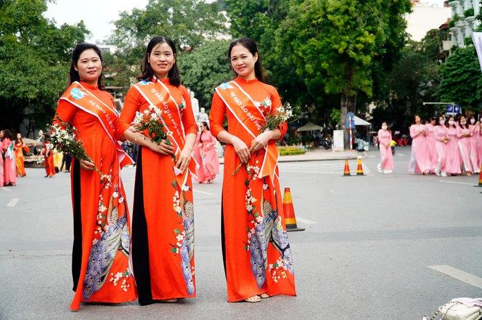 Hơn 500 phụ nữ Thủ đô đồng diễn áo dài trên Phố đi bộ Hồ Gươm - Ảnh 3.