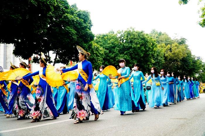 Hơn 500 phụ nữ Thủ đô đồng diễn áo dài trên Phố đi bộ Hồ Gươm - Ảnh 17.