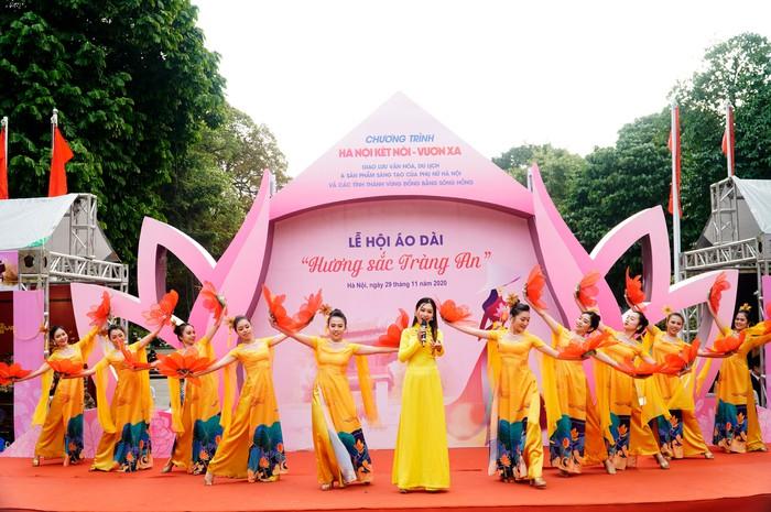 Hơn 500 phụ nữ Thủ đô đồng diễn áo dài trên Phố đi bộ Hồ Gươm - Ảnh 4.