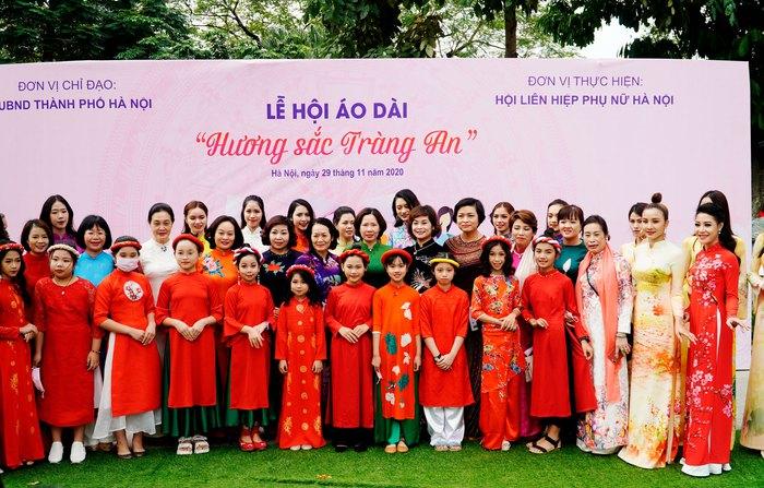 Hơn 500 phụ nữ Thủ đô đồng diễn áo dài trên Phố đi bộ Hồ Gươm - Ảnh 2.