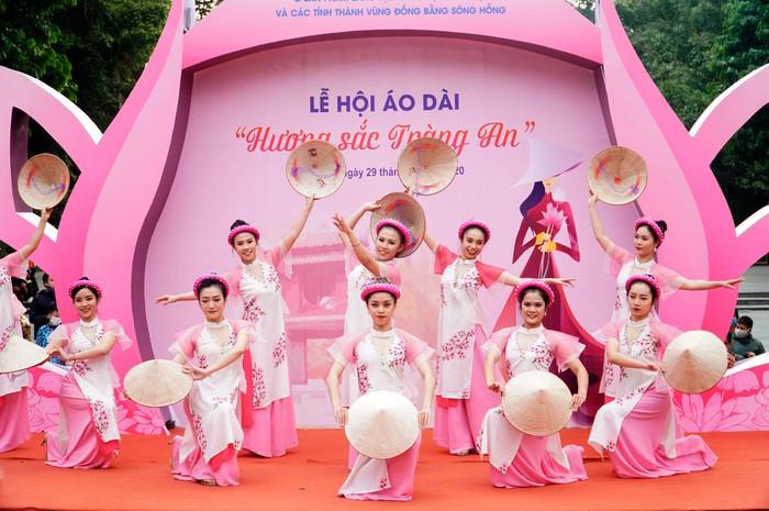 Hơn 500 phụ nữ Thủ đô đồng diễn áo dài trên Phố đi bộ Hồ Gươm - Ảnh 5.