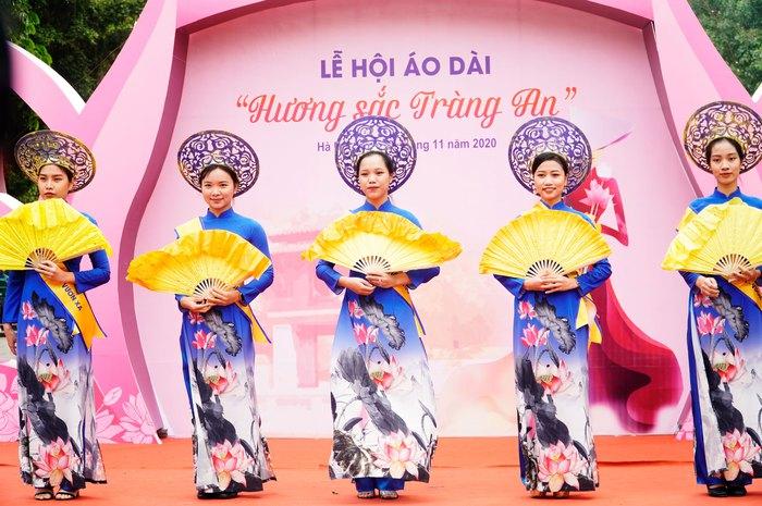 Hơn 500 phụ nữ Thủ đô đồng diễn áo dài trên Phố đi bộ Hồ Gươm - Ảnh 7.