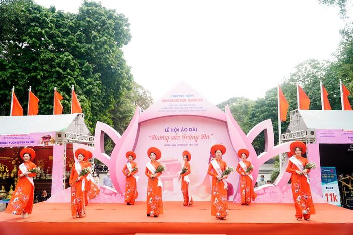 Hơn 500 phụ nữ Thủ đô đồng diễn áo dài trên Phố đi bộ Hồ Gươm - Ảnh 6.