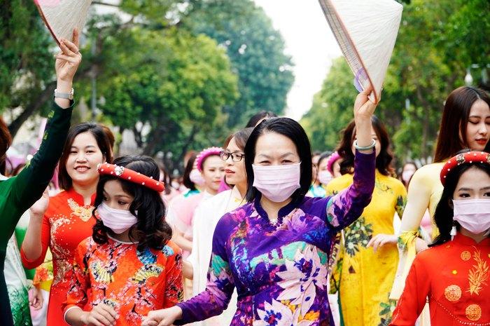 Hơn 500 phụ nữ Thủ đô đồng diễn áo dài trên Phố đi bộ Hồ Gươm - Ảnh 10.