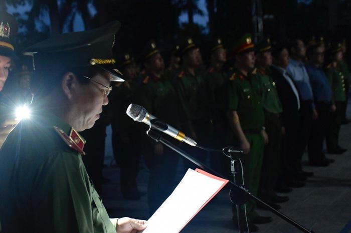 Thiếu tướng Đoàn Ngọc Hùng - Phó Giám đốc Công an thành phố kính cẩn tri ân các anh hùng liệt sỹ