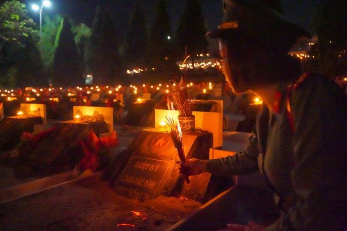 Cán bộ chiến sỹ phòng Tham mưu Công an Thành phố Hà Nội  viếng và thắp hương tại Nghĩa trang Vị Xuyên