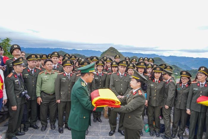 Trung tá Phạm Thị Thùy Dương - Trưởng phòng tham mưu trao quà tặng cho đại diện Công an huyện Mèo Vạc