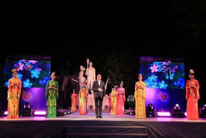 """Dấu ấn """"12 mùa hoa Hà Nội"""" trong Ngày hội Văn hóa ASEAN  - Ảnh 1."""
