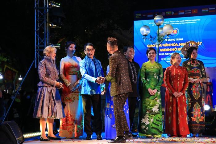 """Dấu ấn """"12 mùa hoa Hà Nội"""" trong Ngày hội Văn hóa ASEAN  - Ảnh 7."""