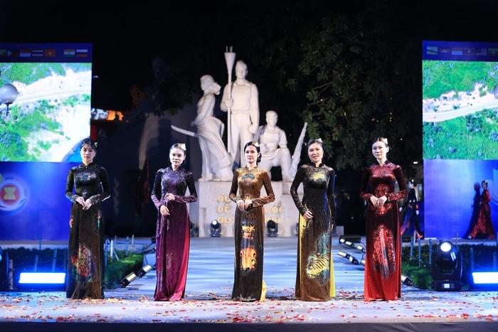"""Dấu ấn """"12 mùa hoa Hà Nội"""" trong Ngày hội Văn hóa ASEAN  - Ảnh 4."""