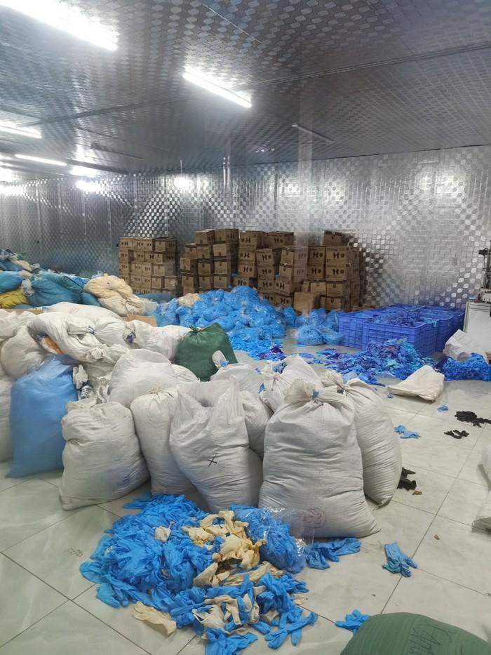 Tịch thu gần 10 tấn găng tay y tế bẩn, không nguồn gốc - Ảnh 1.